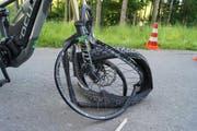 So sieht das E-Bike der Velofahrern nach dem Unfall aus. (Bild: Zuger Polizei)