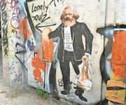 Marx lebt – nicht nur in etwas schummrigen Unterführungen wie hier in Berlin. (Bild: Artur Widak/Getty)