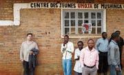 Milo Rau (links) anlässlich der Präsentation seines Films im Dorf Mushinga (Süd-Kivu) im Juli 2017. (Bild: Vinca Film/PD)