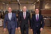Die Geschäftsleitung der Obrist Interior AG am neuen Firmensitz in Inwil. Von links: COO Dominique Studerus, Inhaber und VR-Präsident Stefan Slamanig, CEO Marcel Müller. (Bild: Daniel Wyss / PD)