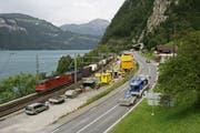 Der Verkehr am Urnersee soll mit dem Ausbau der Axenstrasse sicherer werden. (Bild Philipp Schmidli/Neue LZ)
