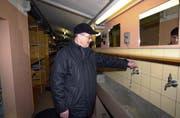 2004, als die Anlage noch in Betrieb war: Heinrich Wallimann, Mitarbeiter Dienststelle Militär des Kantons Obwalden, prüft, ob die Waschanlage für die Truppe noch voll funktioniert. (Bild Josef Reinhard/Neue OZ)