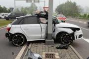 Die Lenkerin dieses Autos und ihr Mitfahrer wurden bei der Kollision verletzt. (Bild: Luzerner Polizei)