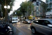 Die verlängerte Busspur auf der Pilatusstrasse: Noch immer haben sich nicht alle Autofahrer daran gewöhnt, dass auf der im Bild linken Spur keine Autos mehr fahren dürfen. (Bild: Corinne Glanzmann (Neue LZ))