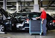 Amag-Mechaniker Peter Enz führt in der Garage in Cham ein Software-Update an einem Audi A4 durch. (Bild Stefan Kaiser)