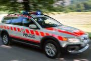 Symbolbild: Ein Fahrzeug der Polizei mit Blaulicht im Einsatz. (Bild: Keystone)