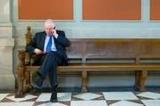 Christoph Blocher am vergangenen Donnerstag in der Wandelhalle im Bundeshaus beim Telefonieren. (Bild: Keystone/Peter Klaunzer)