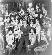 Hugh Hefner mit Bunny Girls im ersten Playboy Club in Chicago 1960. (Bild: Helmut Kretz/Getty)