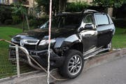 Das Auto wurde beim Unfall stark beschädigt. (Bild: kapo Nidwalden)