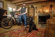 Dany Kunz (34) in seiner Wohnung mit Hund Cailean und der Yamaha XT 500. (Bild: Philipp Schmidli (Pfaffnau, 26. September 2017))