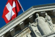 Die Schweizer Flagge weht über dem Bundesgericht in Lausanne. (Bild: Laurent Gilleron/Keystone)
