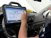 Wegen eines Software-Updates bei Bremsregelsystemen müssen in der Schweiz rund 22'000 Autos zurück in die Werkstatt. (Bild: KEYSTONE/WALTER BIERI)