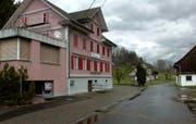 Das Haus Bolenberg in Tuggen steht seit Jahren leer. Rund um die frühere Kontaktbar kreuzen aber immer noch die Pflichtverteidiger und die Oberstaatsanwaltschaft die Klingen. (Archivbild Keystone / Sigi Tischler)