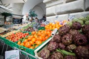 Der Wochenmarkt in Luzern findet jeweils am Dienstag- und Samstagmorgen statt. (Bild: Manuela Jans (Luzern, 21. März 2015))