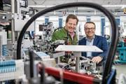 Schurter Holding AG Verwaltungsratspräsident Hans-Rudolf Schurter (links) und Holding CEO Ralph Müller in der Produktion in Luzern. (Bild: Philipp Schmidli (20. März 2018, Luzern))