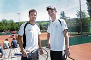 Ex-Interclub TC Zug-Captain Rainer Leemann (rechts) mit Alt-Tennisass Marco Chiudinelli. (Bild: Werner Schelbert (21. Mai 2016))