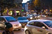 Stockender Verkehr auf der Moosstrasse in der Stadt Luzern. (Bild Philipp Schmidli)