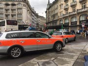 Polizeifahrzeuge am Luzerner Schwanenplatz. (Bild: Sara Häusermann (Luzern, 10. September 2017))