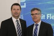 Finanzdirektor Marcel Schwerzmann und Hansjörg Kaufmann, Leiter Dienststelle Finanzen, freuen sich über die gute Staatsrechnung 2011.. (Bild: PD)