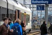 Pendler am Bahnhof Rothenburg. Bild: Nadia Schärli (Rothenburg, 9. November 2016)