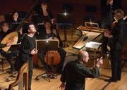 Sängerduell im Konzertsaal: Krystian Adam (Orfeo, links) und Gianluca Buratto (Plutone) mit John Eliot Gardiner (rechts). (Bild: Peter Fischli/LF)