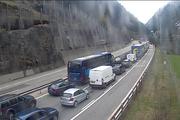 Die Strecke Göschenen in Richtung Süd vor dem Gotthardtunnel um 13 Uhr. Ein Screenshot der Webcam vom Amt für Betrieb Nationalstrassen. (Bild: Screenshot www.afbn.ch)