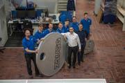 Die Schliesstechnik-Firma Zaugg wechselt ihren Firmensitz von der Allmend in Luzern nach Reussbühl. Im Bild: Ronny Zaugg (im weissen Hemd) und Martin Zaugg (im schwarzen Hemd) mit Mitarbeitern. (Bild: Dominik Wunderli (Luzern, 8. Januar 2018))