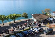 Die Schlange vor dem Weggiser Tourismusbüro war am Montagmorgen extrem lang. (Bild: pd)
