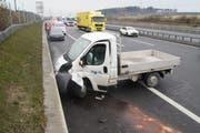 Der Fahrer dieses Lieferwagens verlor aus noch ungeklärten Gründen die Kontrolle über sein Auto und prallte gegen die Mauer. (Bild: Zuger Polizei)