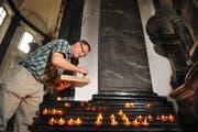 Sakristan Kurt Rohrer legt neue Kerzen parat. Deren Russ verteilt sich in der gesamten Kirche. (Bild: Corinne Glanzmann/Neue OZ)