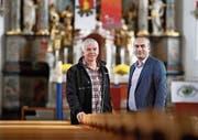 Sie gestalten die Woche der Religionen aktiv mit: Religionspädagoge Robert Pally (links) und Dilaver Çiçek, Präsident der Moschee Baar. Hier in der Pfarrkirche St. Martin. (Bild: Stefan Kaiser (Baar, 30. Oktober 2017))