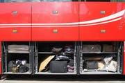 Die erlaubten und die unerlaubten Gepäckstücke in den Gepäckfächern des serbischen Reisebusses. (Bild: Zuger Polizei)