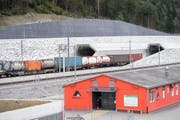 Ein Güterzug fährt bei Erstfeld in den Gotthard-Basistunnel. (Bild: Urs Flüeler / Keystone)