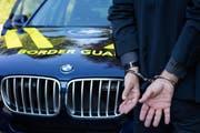 Der Mazedonier wurde nach der Festnahme der Zuger Polizei übergeben. (Symbolbild) (Bild: pd)