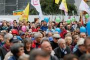 """Teilnehmer bei der Kundgebung """"Marsch fürs Laebe"""" auf dem Bundesplatz, am Samstag, 17. September 2016, in Bern. (Bild: Keystone)"""