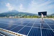 Die Firma Be Netz AG ist auf die Planung und den Bau von Solaranlagen spezialisiert. So zum Beispiel die Photovoltaikanlage auf dem Dach der Swissporarena in Luzern. (Bild: Urs Flüeler / Keystone)