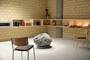 Der neue Raum der Stille mit dem Stein und Wasserbecken. Im Hintergrund die Nischen der Weltreligionen. (Bild: PD / Walter Eggenberger)