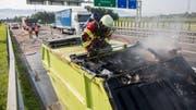 Die Freiwillige Feuerwehr Zug öffnet den Container... (Bild: FFZ)