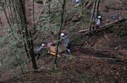 Die abgestürzte Transportseilbahn in Innerthal wird geborgen. (Bild: Kapo Schwyz)