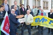 Am 17. Oktober 2013 reichten die Parteien die Unterschriften bei der Schwyzer Staatskanzlei ein. (Archivbild Neue LZ)