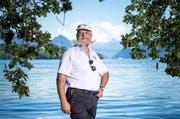 Schnauz und Bart als Markenzeichen: Markus Petrig geniesst ein Fussbad in der Tribschenbadi. (Bild: Roger Grütter / Neue LZ)