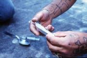 Ein Fixer beim Präparieren einer Heroinspritze. (Symbolbild) (Bild: Keystone / Archiv)