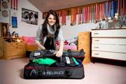 Im Packen ist Corinne Suter schon routiniert. In ihrem Zimmer im Elternhaus in Schwyz verstaut sie ihre Kleidung für die Junioren-WM in Kanada in der grossen Reisetasche. (Bild: Dominik Wunderli)