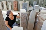 Bildhauerin Sue Kaufmann-Röösli arbeitet an einem Grabstein im Atelier Bruno + Mark Tanner in Dagmersellen. (Bild Eveline Beerkircher)