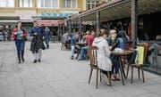 Pristina ist eine junge, lebendige Stadt: Die vielen Cafés und Restaurants sind gut besucht. (Bild: Thomas Imo/Getty)