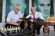 Die beiden Brüder Werner und Roland Rupp (rechts) mit den Postern im Hintergrund der beiden Schachweltmeister Anatoly Karpov und Garri Kasparow (rechts). (Bild: Boris Bürgisser/Neue LZ)