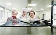 Blick in den Steamer: Elvire Kuenzle-Courvoisier, Jolanda Müller-Gadola und Ria Ludivig-Bitzi (von links) in der Schulküche Sunnegrund in Steinhausen. (Bild: Stefan Kaiser (21. März 2017))