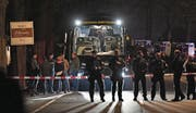 Der beschädigte Dortmunder Mannschaftsbus. (Bild: Martin Meissner/Keystone (Dortmund, 11. April 2017))