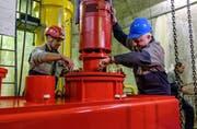 Bernhard Mattli (l.) und Martin Dubacher vom KW Göschenen montieren im Rahmen der Sanierungsarbeiten eine Pumpe. (Bild: pd)
