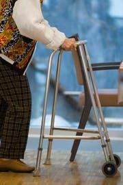 Die Kosten für die Pflegefinanzierung soll zu 50 Prozent der Kanton Luzern übernehmen, fordert eine Initiative. Heute tragen diese Kosten die Luzerner Gemeinden alleine. (Bild: Keystone)